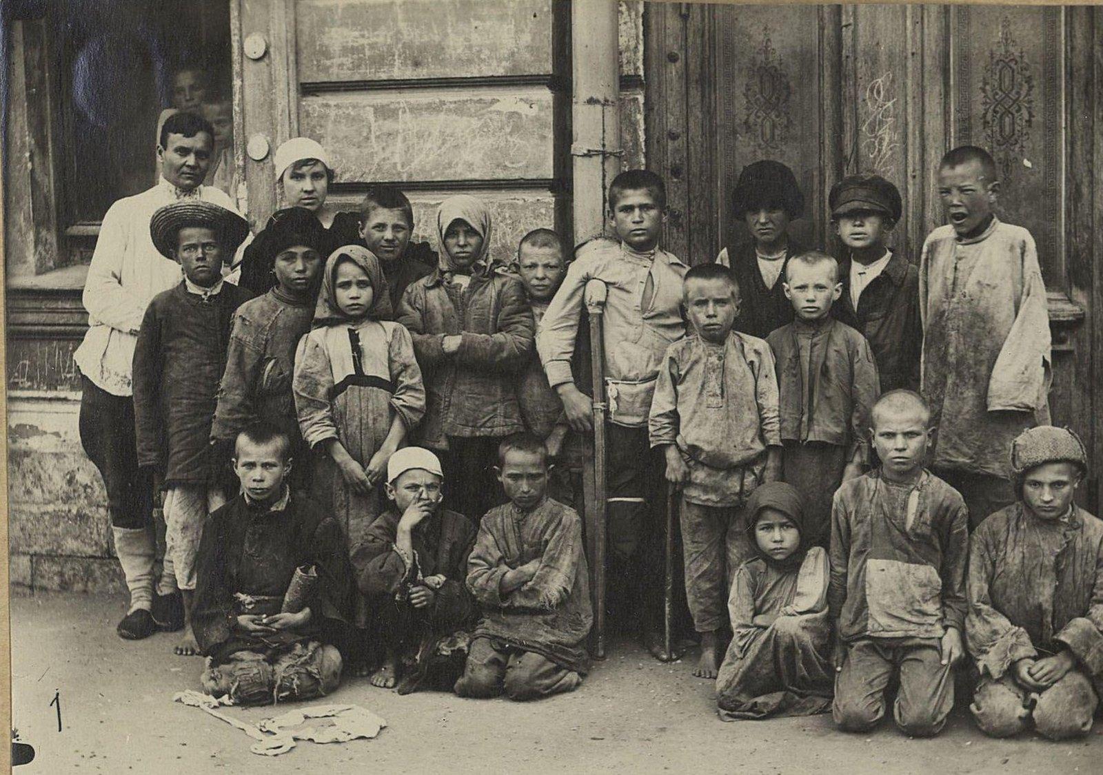 Детский приёмник. Истощённые холодом и голодом дети, собранные на вокзалах и пристанях (Самарская губ., г. Самара)