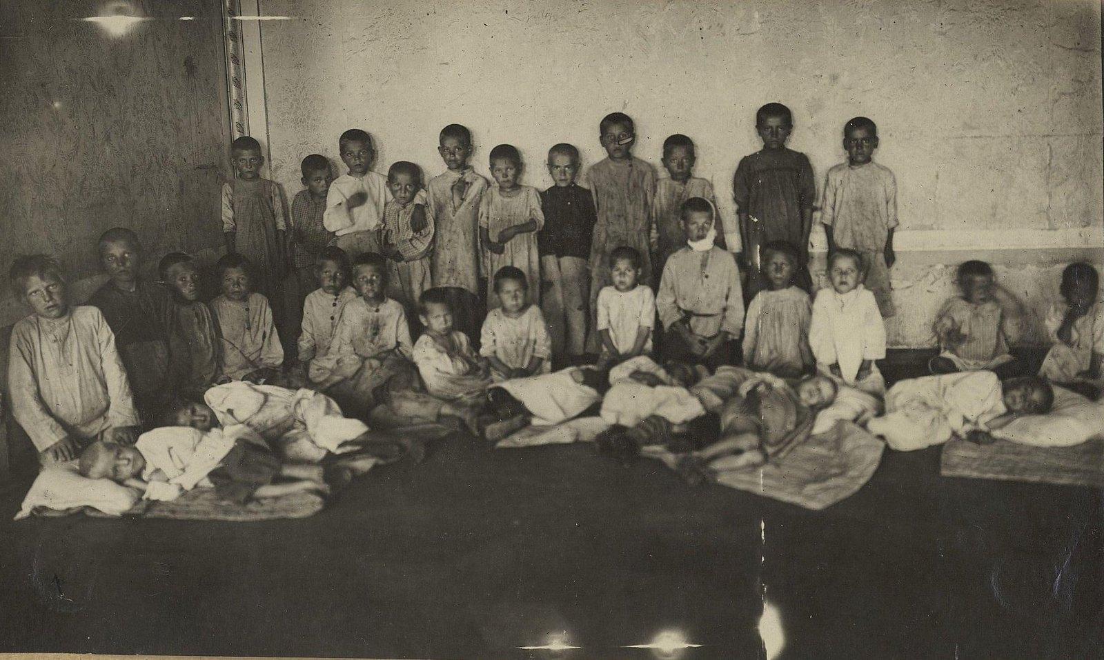 Детский приёмник. Истощённые холодом и голодом дети, собранные на вокзалах и пристанях (Самарская губ., г. Самара).