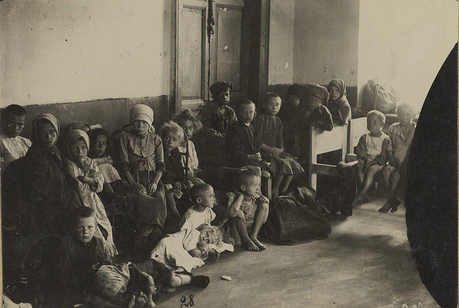 Детский приёмник. Дети с улицы в ожидании осмотра врачом (Самарская губ., г. Самара).