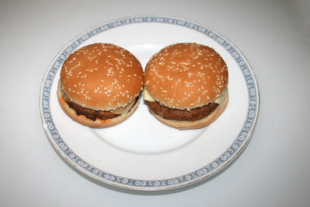 Cheeseburger  - Served / Serviert