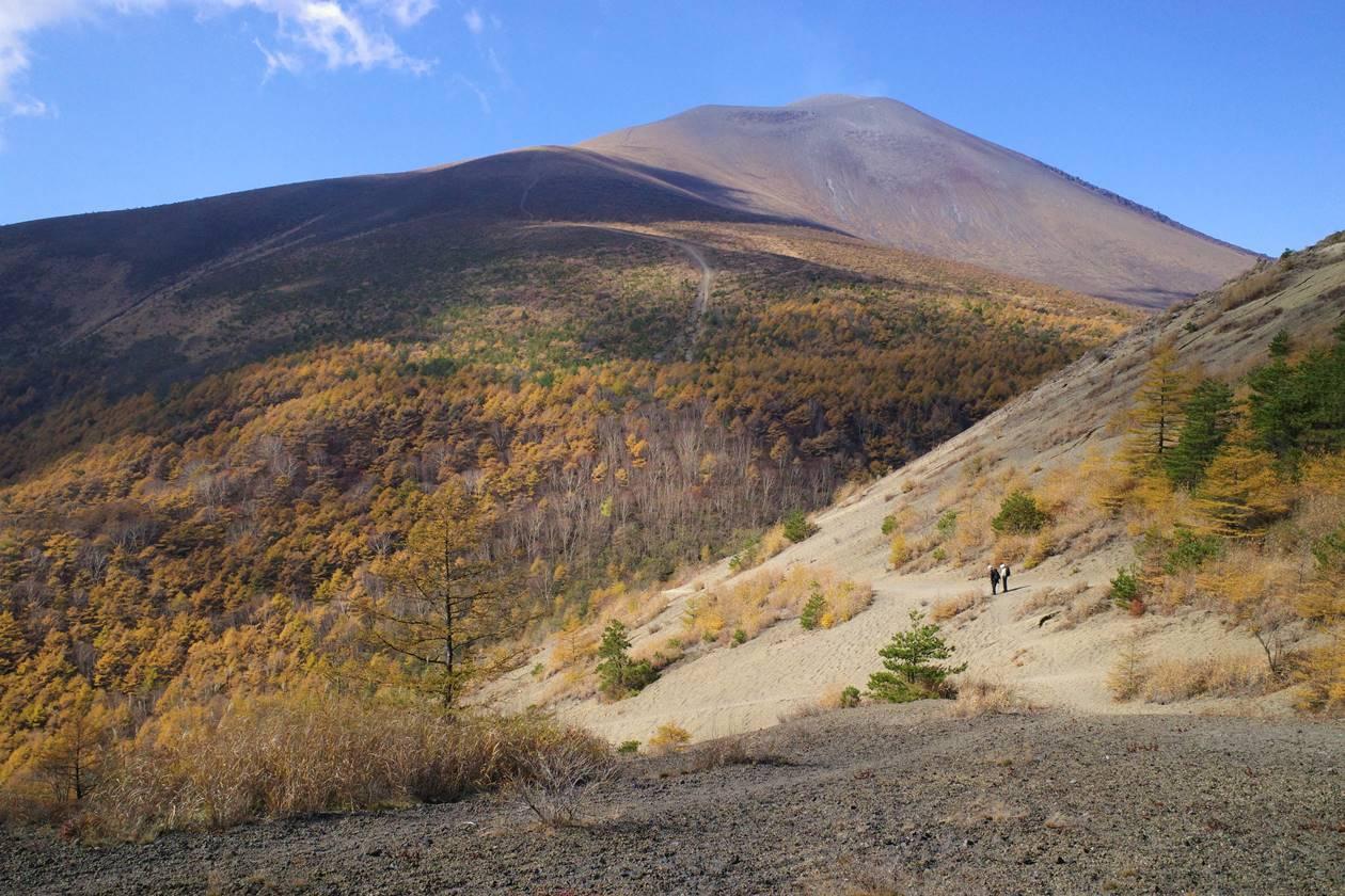 小浅間山登山道から見上げる浅間山