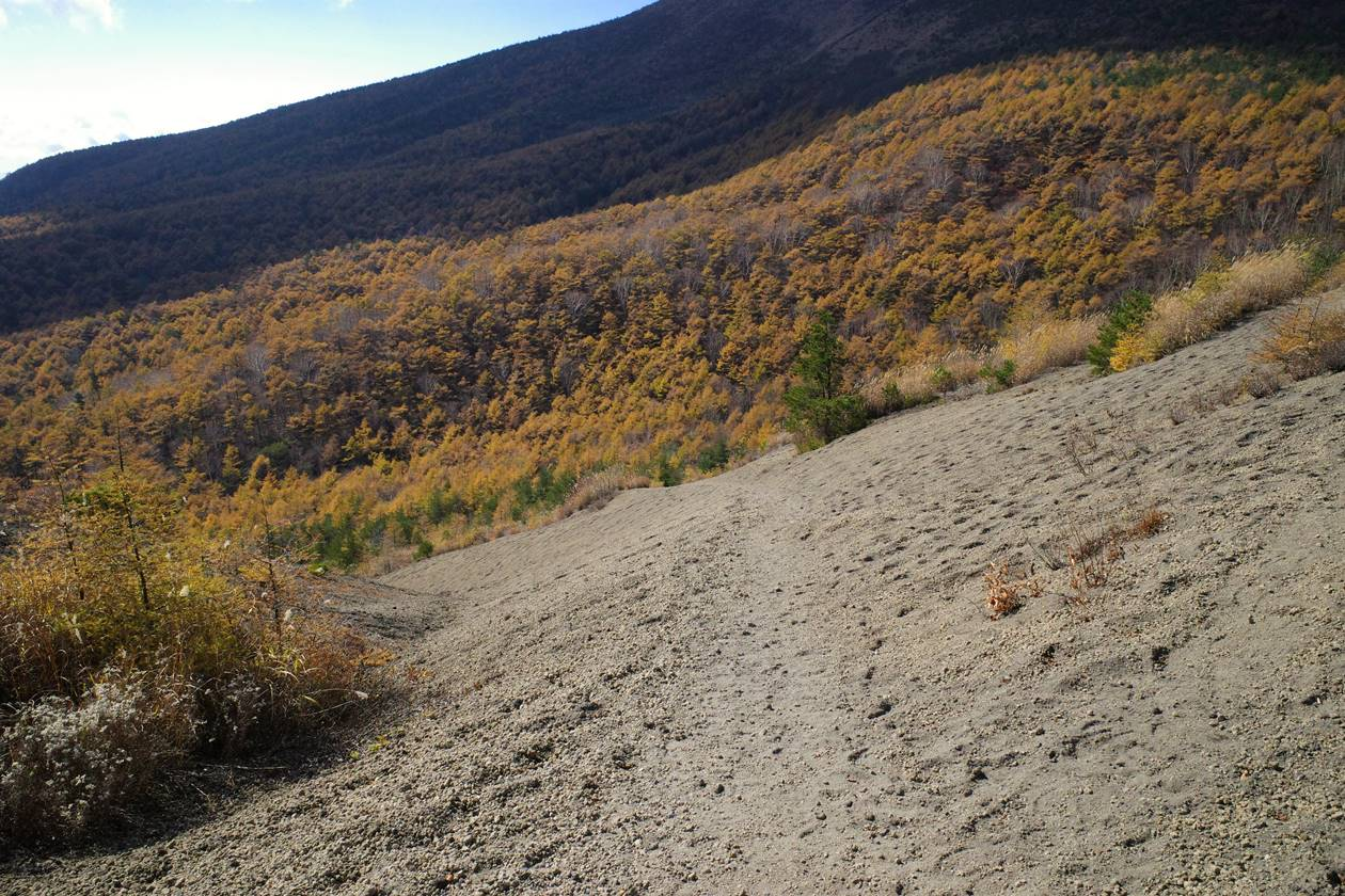 小浅間山 砂地の登山道