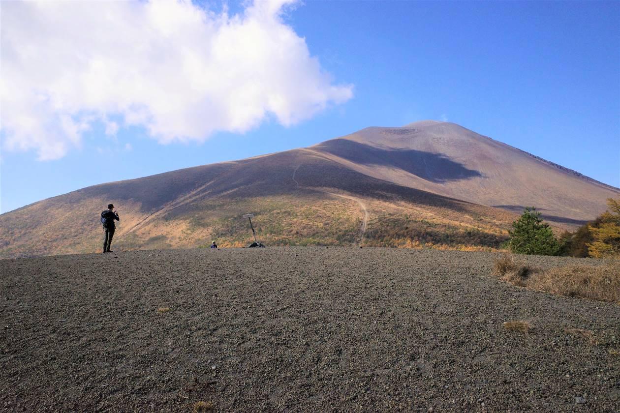 小浅間山山頂に立つ登山者