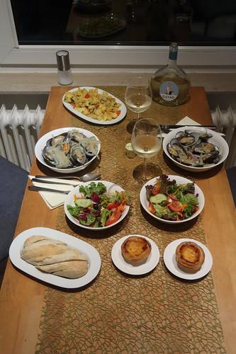 Miesmuscheln in Weißweinsud, Salat, Bratkartoffeln, Baguette, Kräuterbutter und Pasteis de Nata sowie Vinho Verde