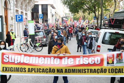 Administração Pública exige aumento dos salários frente ao Parlamento