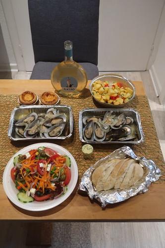 Beim portugiesischen Fischrestaurant 'Restaurante Atlantico' bestellte und abgeholte Gerichte (ausgepackt)