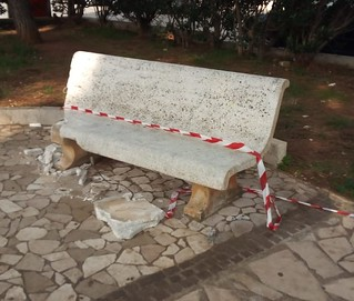 La panchina vandalizzata