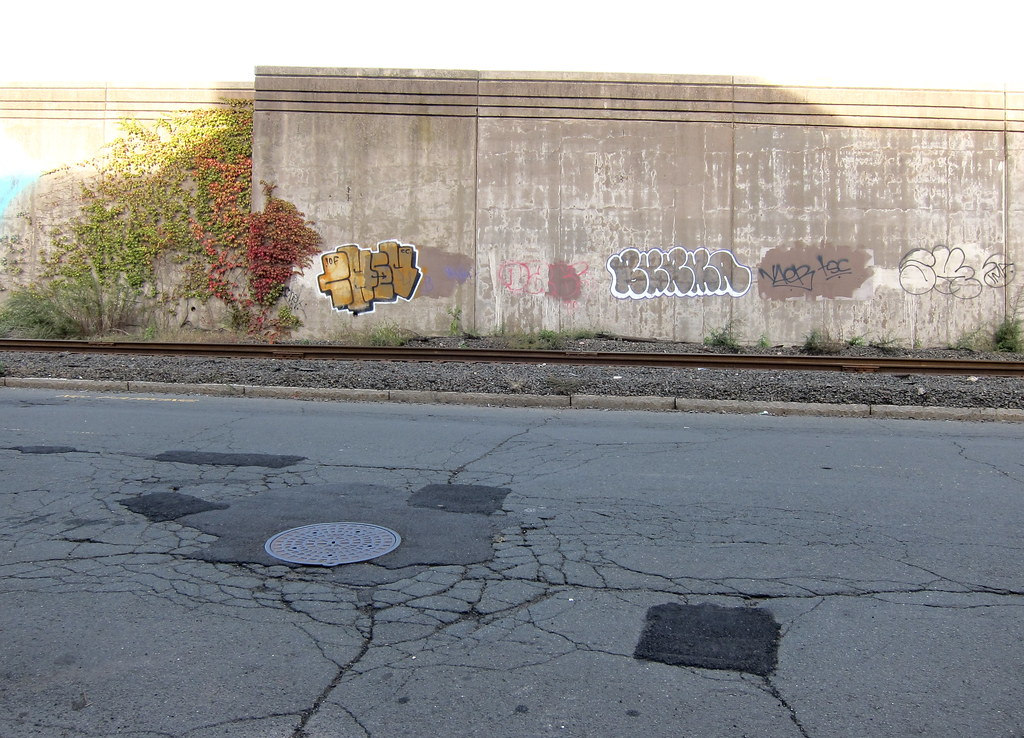 Spielarten der Straßenkunst / Two Types of Streetart (but which one's on the wrong side of the tracks?)