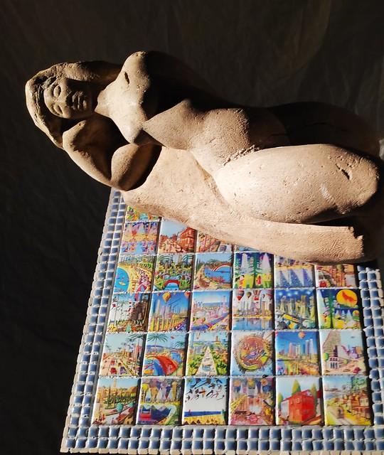 רחל פרנק rachel frank יוצרת בפסיפס יצירה בפסיפסים  רפי פרץ צייר אמן שולחן פסיפס  ריהוט מוזאיקה שולחנות הפסיפס רהיטים הפסיפסים אמנית ציירת אמנות מוזאיקות ישראלית עכשווית מודרנית
