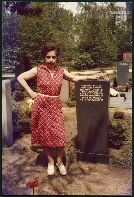 ArchivTappenZ444Album2x  Schwester Liesel am Familiengrab, 1970er