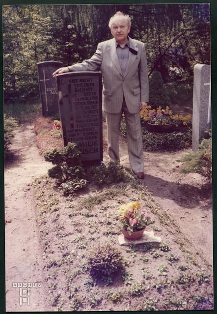 ArchivTappenZ445Album2x Fritz Milde am Familiengrab, 1970er