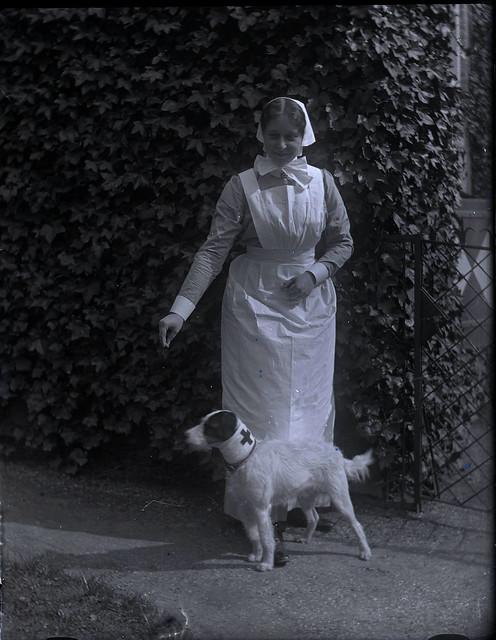 Mini als verpleegster  en Pluck, ca. 1916
