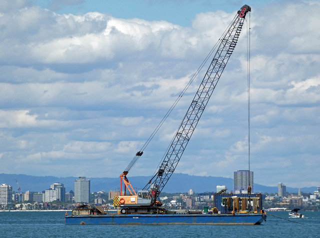 20201114_0215 floating crane at Williamstown
