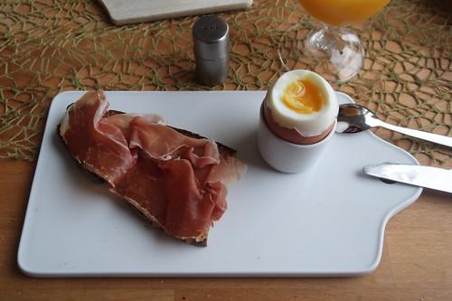 Italienischer Knochenschinken auf Mayannebrot zum Frühstücksei
