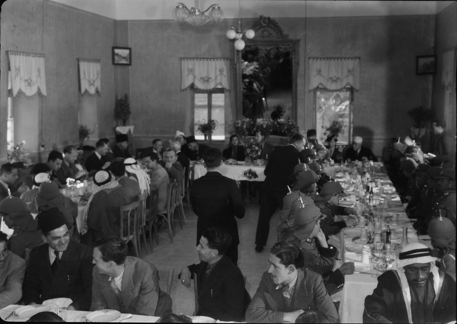 16. Гости сидят в столовой отеля «Иордан»