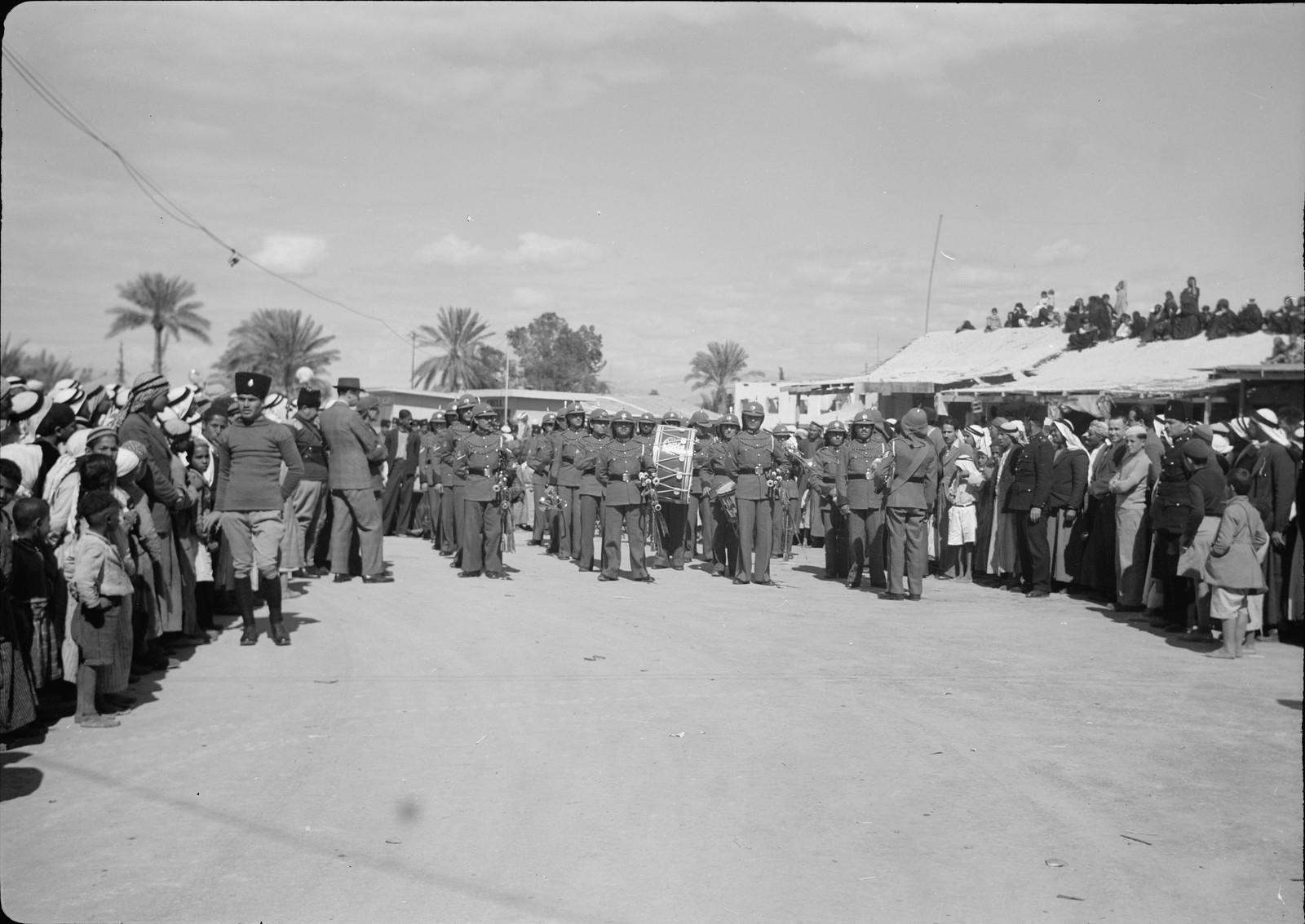 12. Оркестр арабского легиона марширует с площади на ужин в отеле «Иордан»