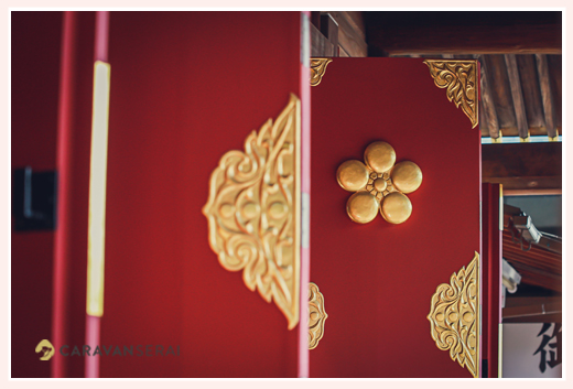 神社の朱に塗られた扉 美しい 天満宮 梅のマーク