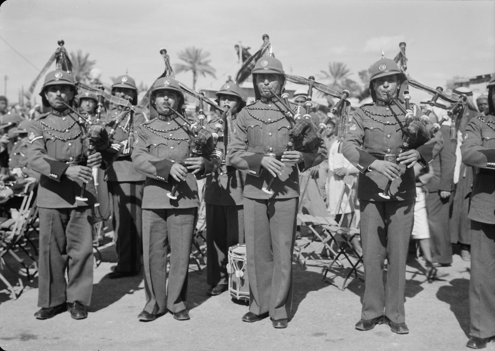 11. Оркестр Арабского легиона играет на шотландской волынке