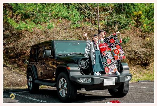 新車のJeep(ジープ)と記念写真 バンパーに立つ子供達