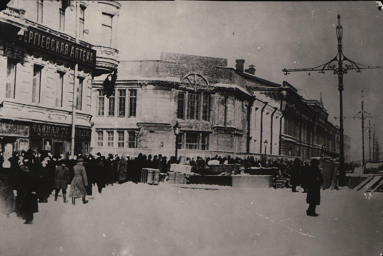 32. Баррикада на Литейном проспекте в Февральские дни
