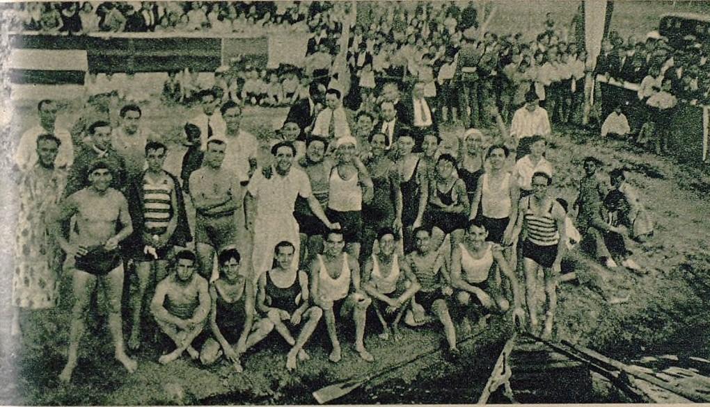 Miembros del club náutico con numeroso público en la inauguración de sus instalaciones en la orilla del Tajo en la playa de Safont en 1932. Foto publicada en un  Reportaje sobre el Club Náutico de Toledo. Diario As, 15 de julio de 1935.