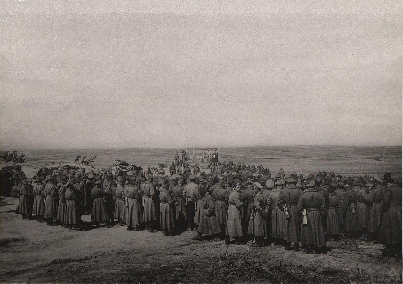 36. Солдатский митинг на фронте
