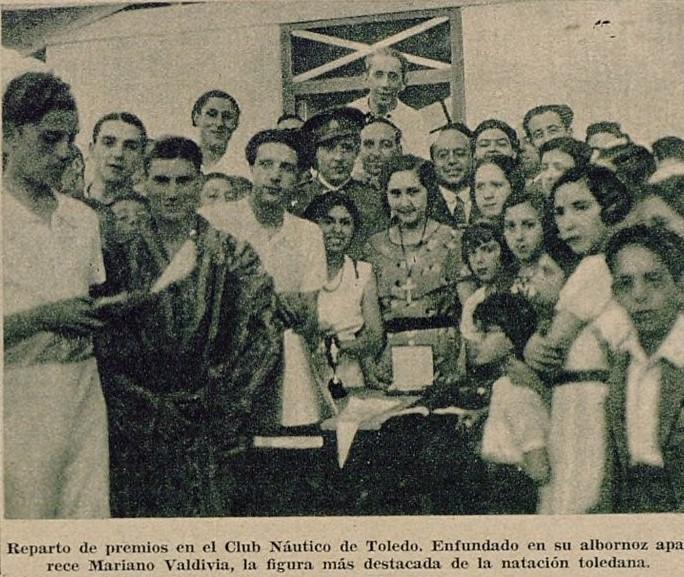 El nadador toledano Mariano Valdivia recoge un premio de natación del Club Náutico. Foto publicada en un Reportaje sobre el Club Náutico de Toledo. Diario As, 15 de julio de 1935.