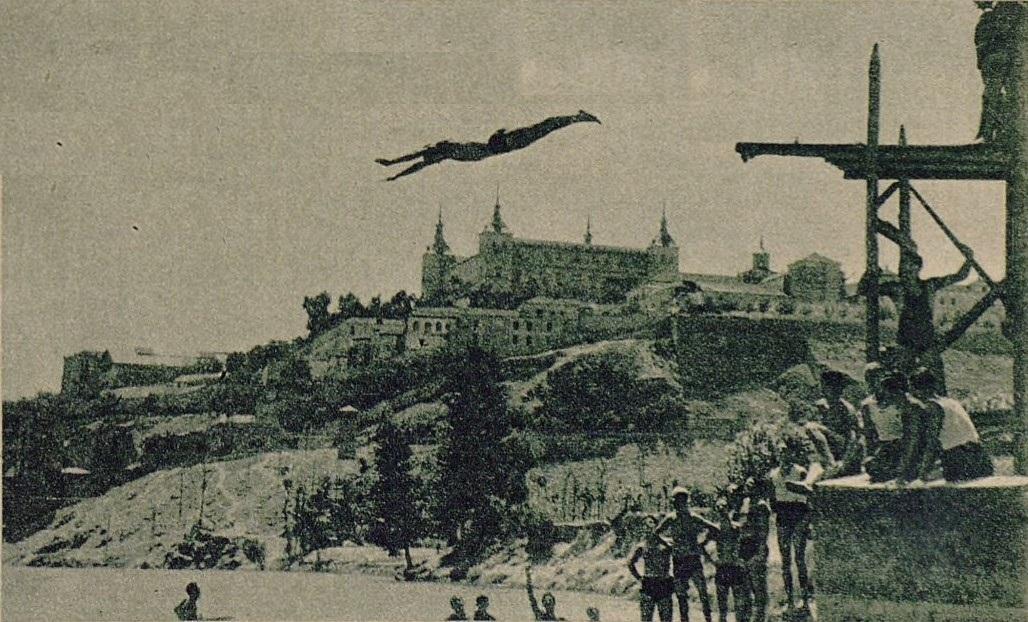 Espectacular salto desde un trampolín al Tajo en la playa de Safont por un miembro del club Náutico. Foto publicada en un Reportaje sobre el Club Náutico de Toledo. Diario As, 15 de julio de 1935.