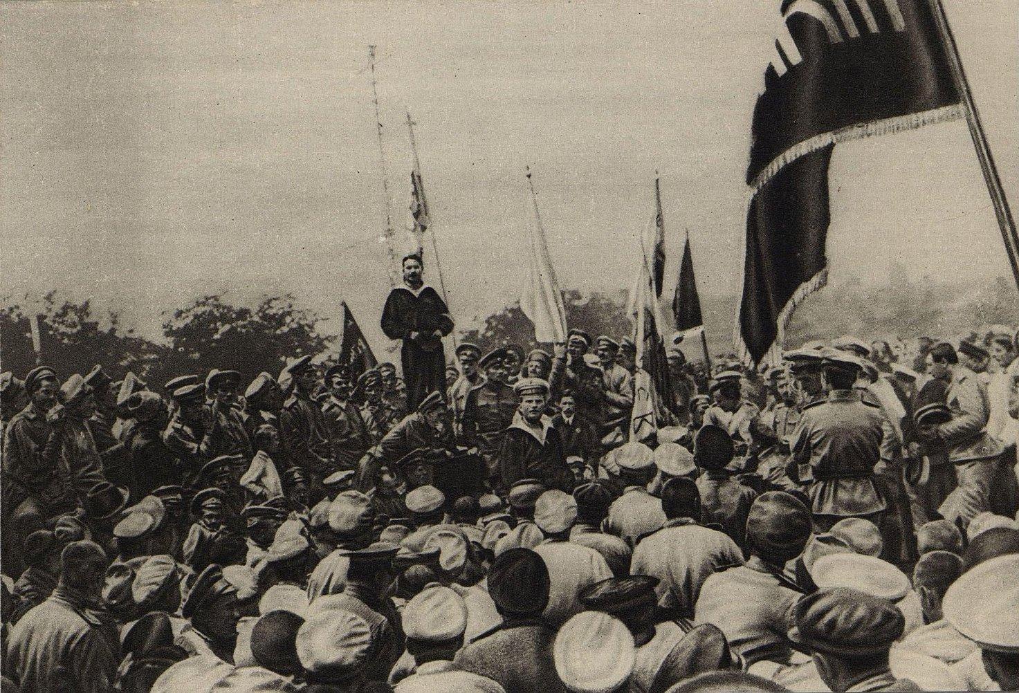 59. Матросы-большевики Балтийского флота на митинге в Севастополе