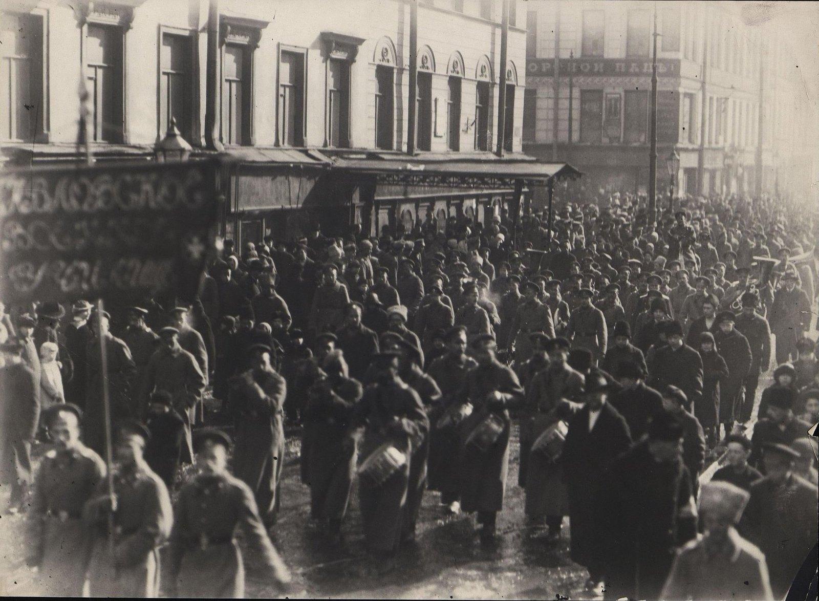 55. Павловское Военное училище на улицах Петрограда