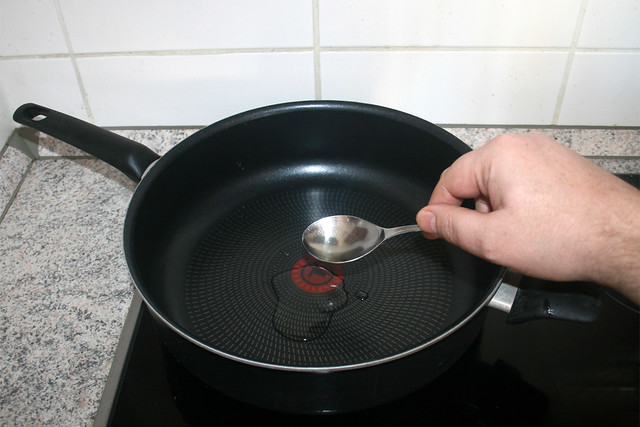 03 - Heat oil in pan / Öl in Pfanne erhitzen