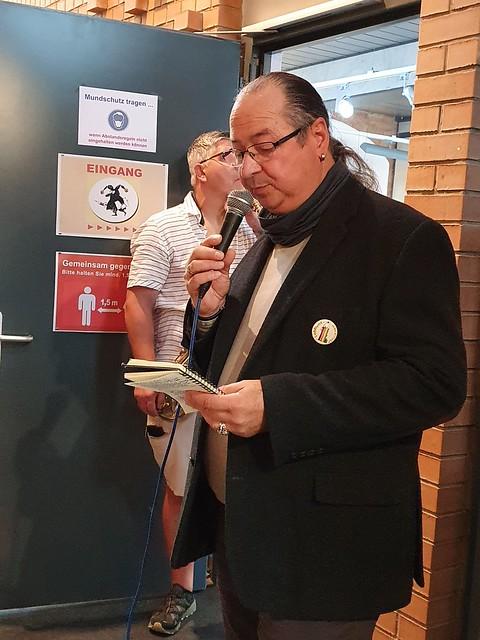 Andreas Nicolai, Leiter des Cartoonmuseums in Luckau, begrüßt die Gäste zur Eröffnung der vorerst letzten Ausstellung im Cartoonmuseum Luckau.