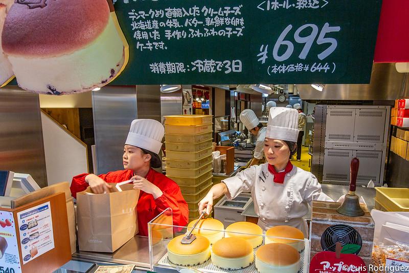 Marcando las tartas de queso de Rikuro Ojisan