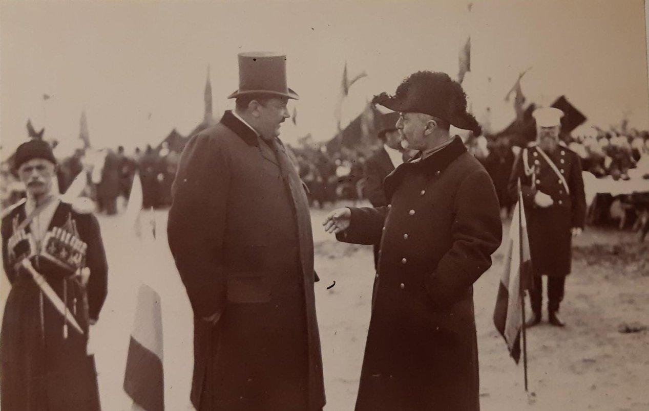 17. Военный и мужчина в гражданской одежде беседуют