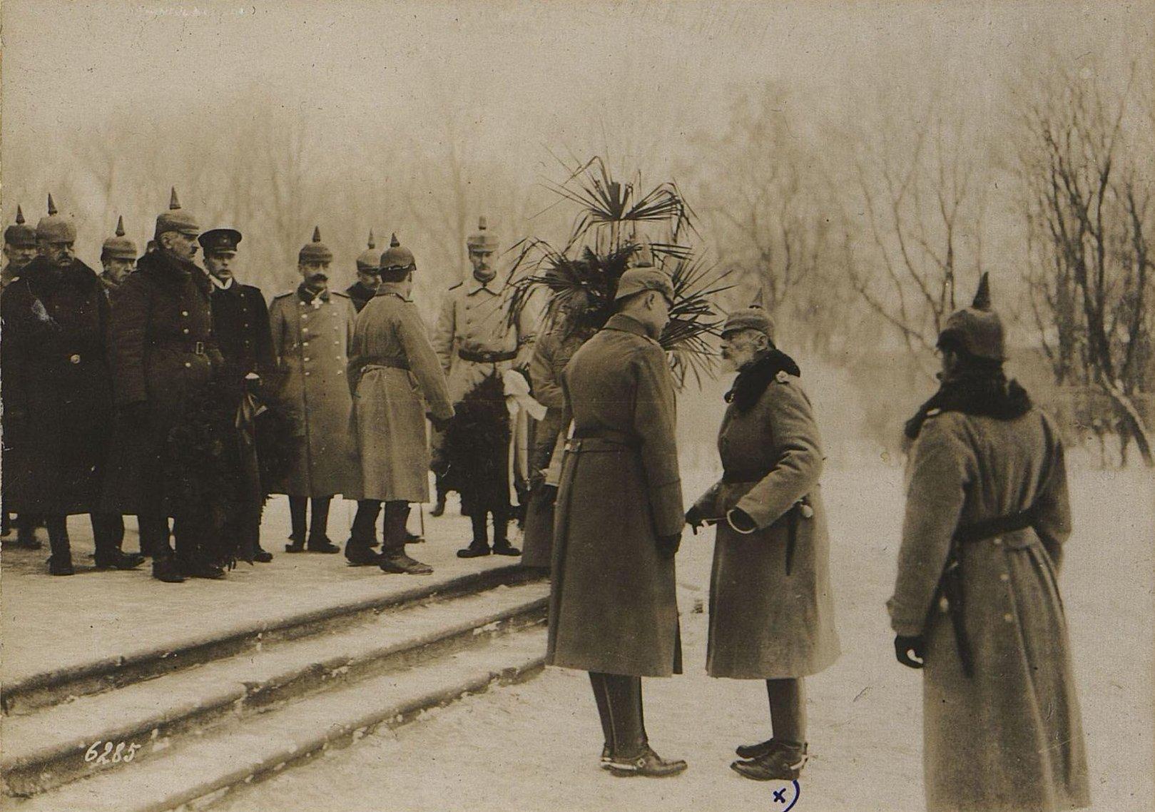 6285. Принц Леопольд Баварский у гроба Сканлона