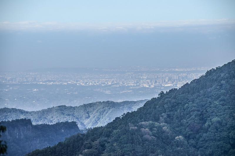 鹿湖山產道(H 1360 m)往北俯瞰新竹市區