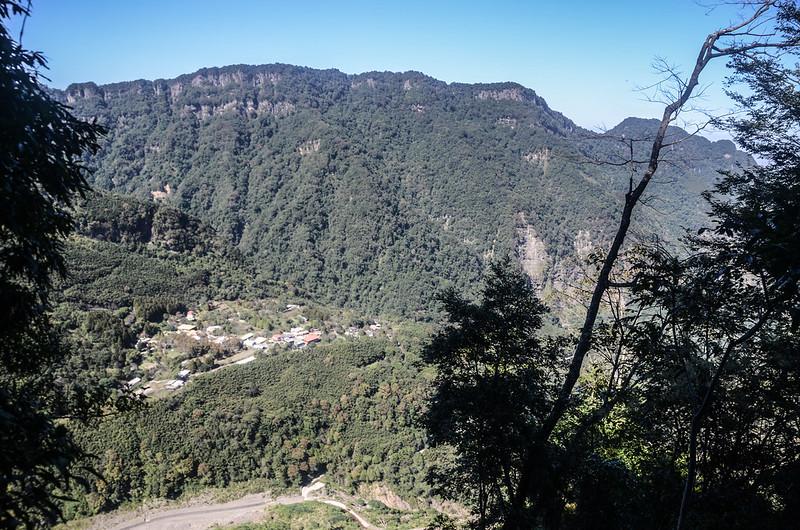 鹿湖山崩壁瘦稜(H 1203 m)北望南大龜山、向天湖山及俯瞰鹿場聚落