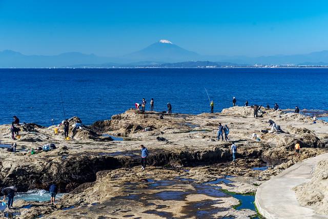 View Mt. Fuji at Chigogafuchi Rest House Observatory in Enoshima : 稚児ヶ淵レストハウスより富士山を展望