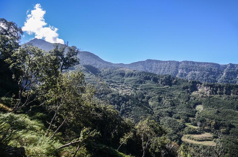 鹿湖山崩壁瘦稜(H 1203 m)西南眺加里山