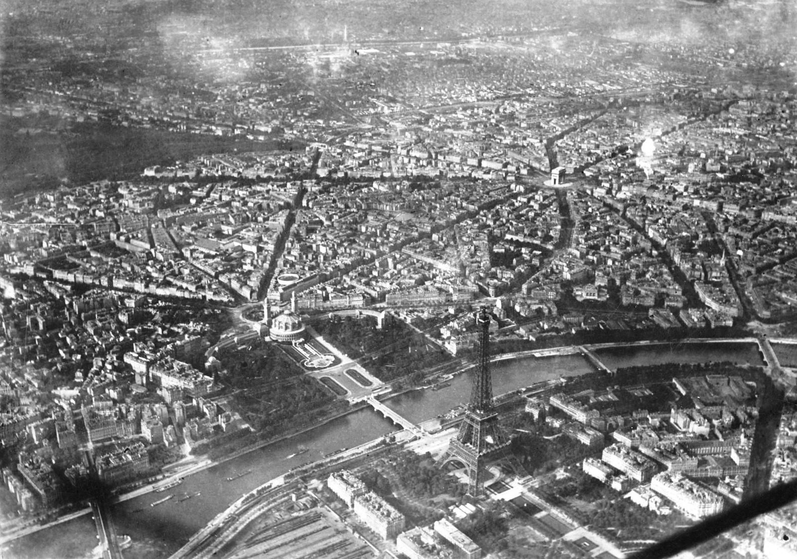 04. 1936. Аэрофотоснимок Парижа Эйфелева башня и Дворец Трокадеро на правом берегу Сены (в центре слева), сентябрь