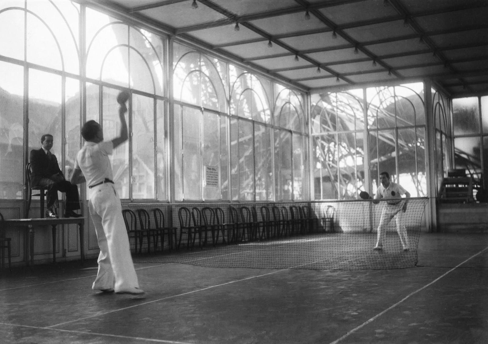 03. 1936. Миниатюрный теннисный корт у подножия Эйфелевой башни