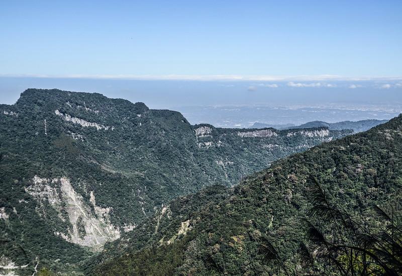 鹿湖山產道(H 1360 m)西北望向天湖山稜線 2