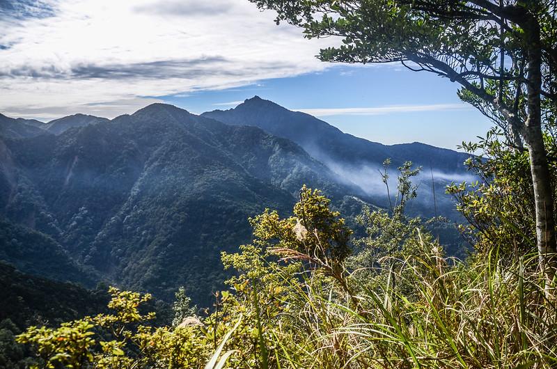 鹿坑山稜線(H 1806 m)西南眺加里山稜線 (3)