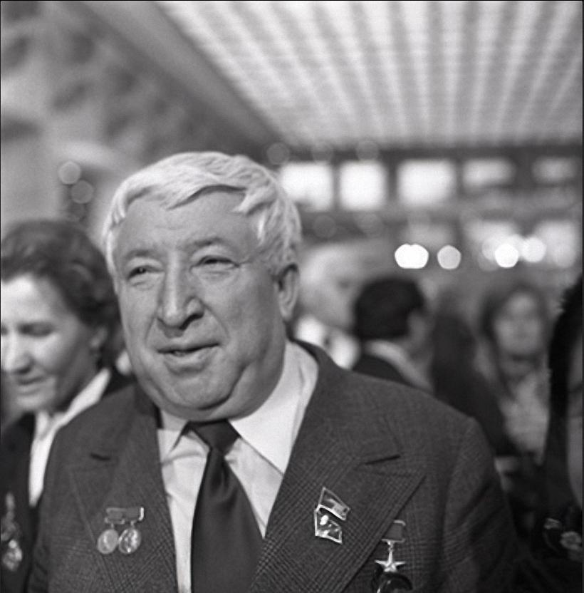 1977. Поэт Расул Гамзатов