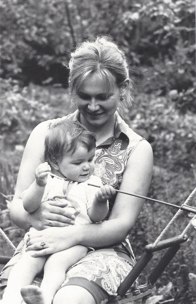 1977. Дачные качели. Актриса Ирина Короткова с дочерью на даче