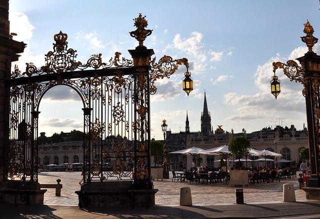 Contrejour sur les grilles de Jean Lacour, place Stanislas, Nancy, Meurthe-et-Moselle, Lorraine, Grand Est, France.