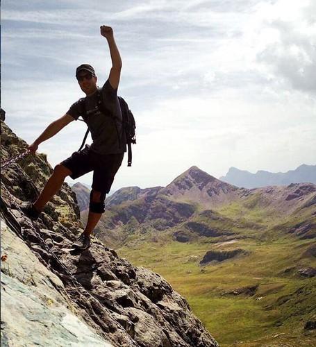 Pablo en la cima de una montaña