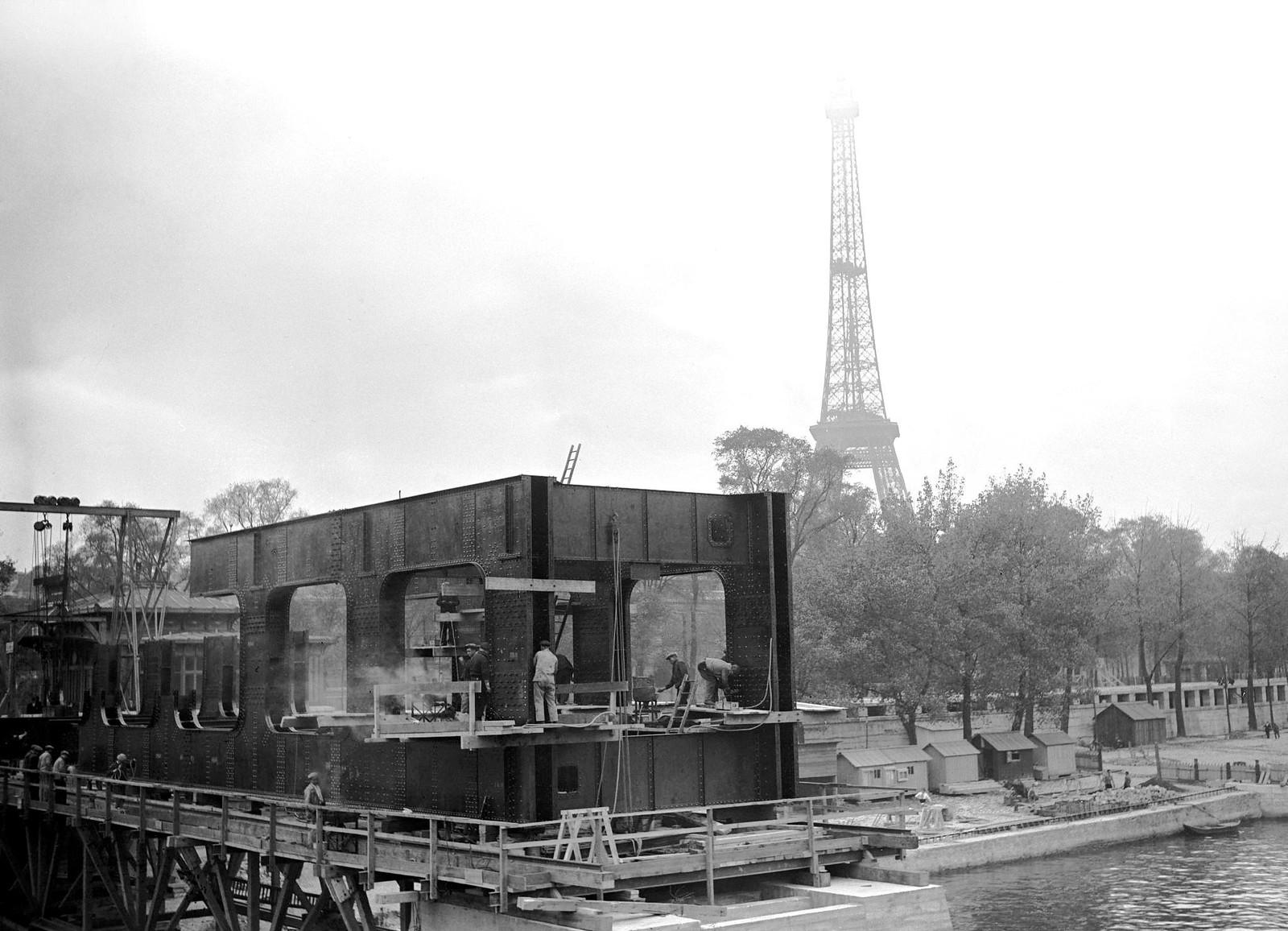 13. 1936. Строительство пешеходного моста возле моста Альма, на заднем плане Эйфелева башня, 19 октября