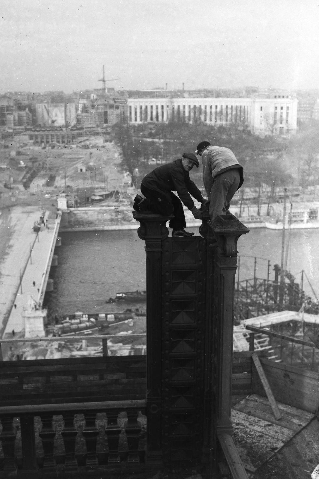 07. 1936. Рабочие на вершине колонны во время модернизации первого этажа Эйфелевой башни для Всемирной выставки 1937 года, 14 декабря