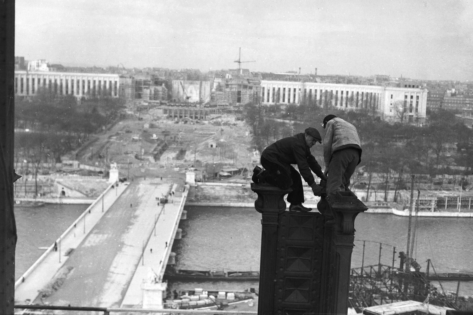 06. 1936. Рабочие на вершине колонны во время модернизации первого этажа Эйфелевой башни для Всемирной выставки 1937 года, 14 декабря